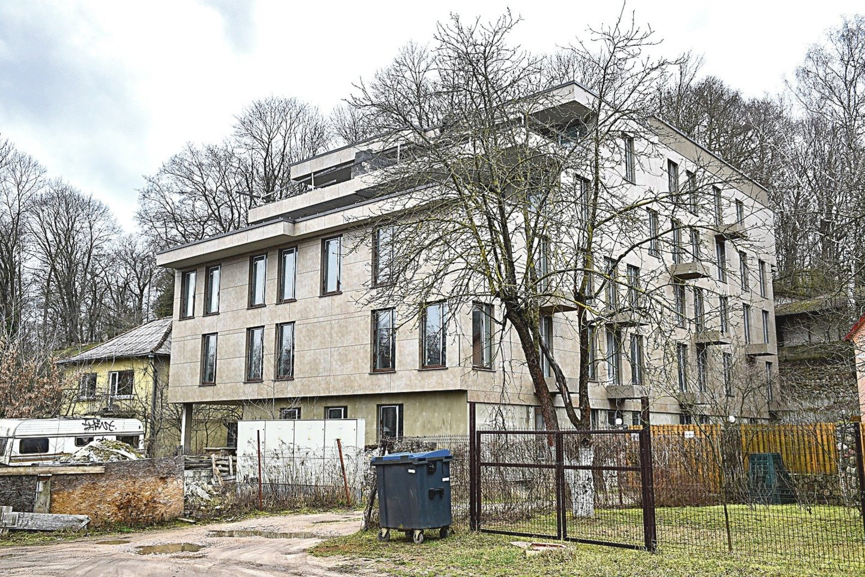 Terasomis ir įstiklintais langais į upę žvelgiantis namas – apleistas ir nebylus, nors čia nuo 2016 metų pabaigos jau turėjo gyventi butus įsigiję vilniečiai.<br>V.Ščiavinsko nuotr.