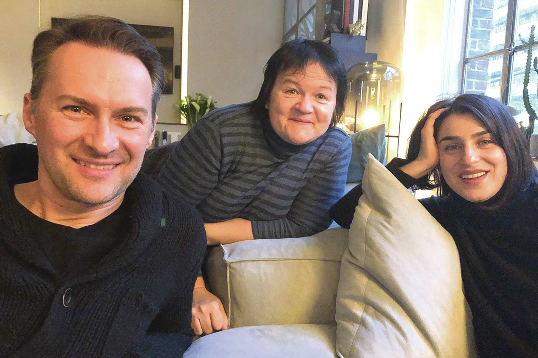 Darbą Lietuvoje, Londone ir Bostone praradusi VCO trijulė – D.Ibelhauptaitė (centre), A.Grigorian ir E.Montvidas – susitiko režisierės namuose Anglijoje.<br>D.Matvejevo nuotr.