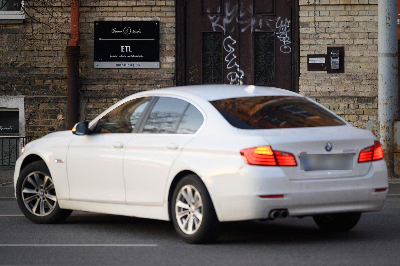 Kovo 23 d. į namo pusrūsyje įsikūrusį saloną prabangiu BMW atvyko K.Zvonkuvienė. Ten užtruko beveik dvi valandas.<br>V.Skaraičio nuotr.