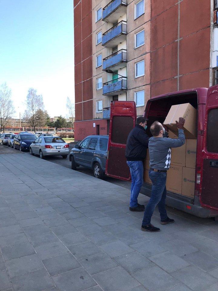 Atsiliepdami į prašymą padėti gauti vienkartinių puodelių ligoninėms, pirmadienį Vilniaus Santaros klinikoms jie pristatė 77 tūkstančių vienetų puodelių.<br>Pr. siuntėjų nuotr.