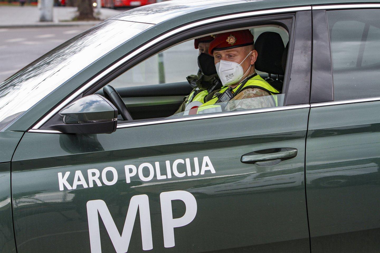 Karo policija patruliuoja Vilniaus stoties rajone.<br>V.Ščiavinsko nuotr.