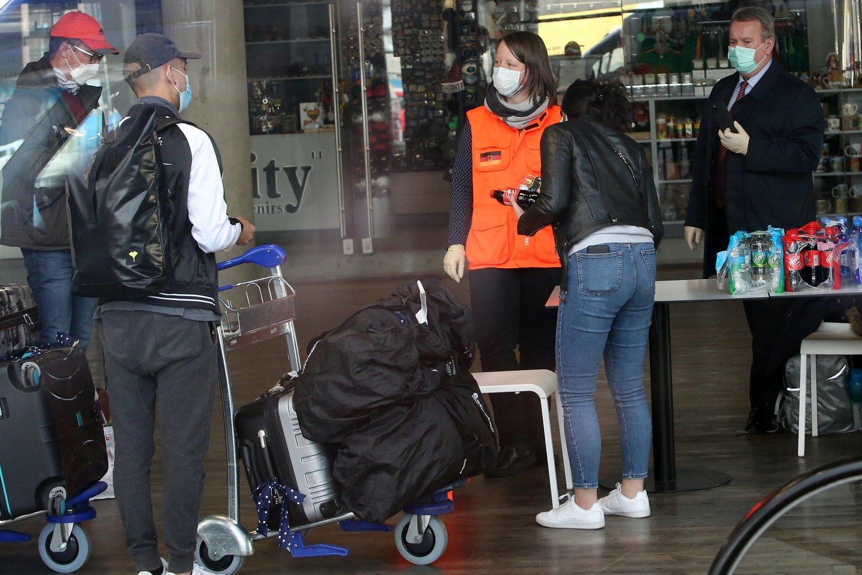 Karmėlavos oro uoste tikrinami parskridę keleiviai.<br>M.Patašiaus nuotr.