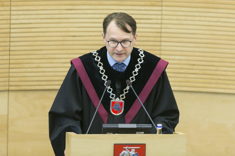Konstitucinio teismo pirmininkas D.Žalimas neigė artimus santykius su pretendente į šio teismo teisėjus I.Danėliene.<br>T.Bauro nuotr.