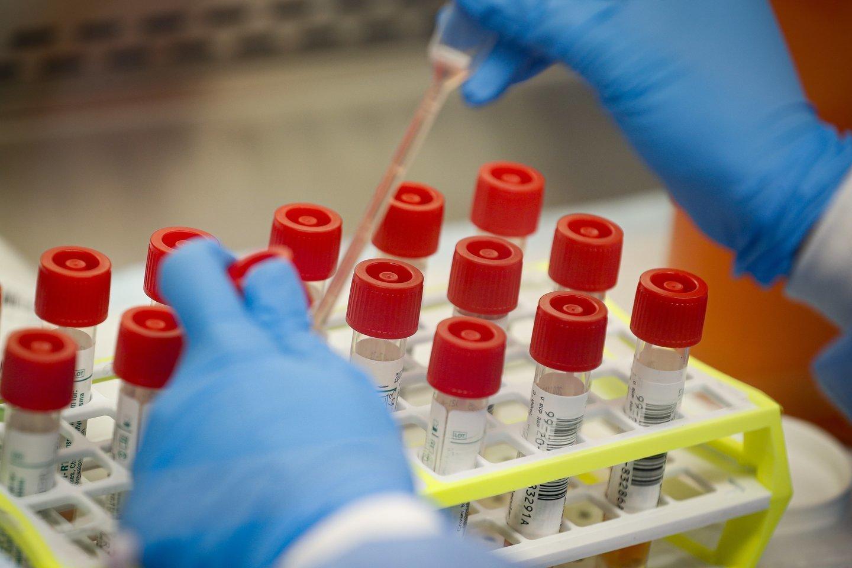 Lietuvoje daugėja užsikrėtusių koronavirusu.<br>AP/Scanpix nuotr.