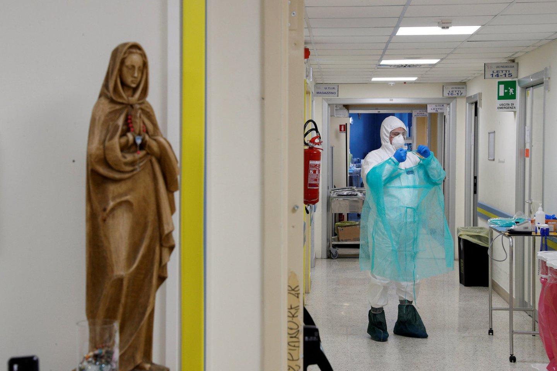 """Lietuvoje daugėja užsikrėtusių koronavirusu.<br>""""Reuters""""/""""Scanpix"""" nuotr."""