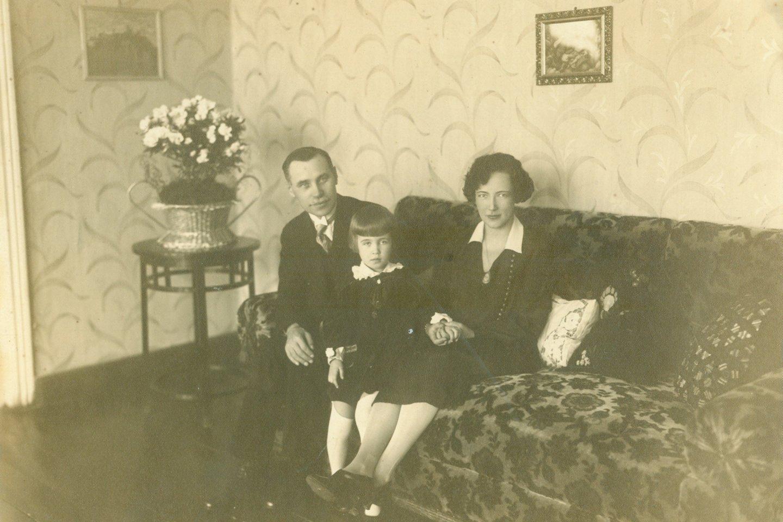 J.Tūbelis su žmona Jadvyga ir dukterimi Marija namuose. Kaunas, 1928 m. A.Baltuškaitės archyvas