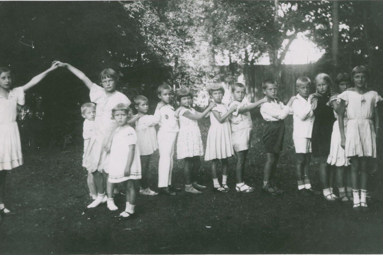 M.Tūbelytė (centre) žaidžia su vaikais M.Nemeikštaitės vaikų darželyje. Kaunas, apie 1930 m. P.Kuhlmanno archyvas