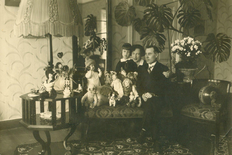 J.Tūbelis su žmona Jadvyga ir dukterimi Marija namuose. Kaunas, 1929 m. A.Baltuškaitės archyvas