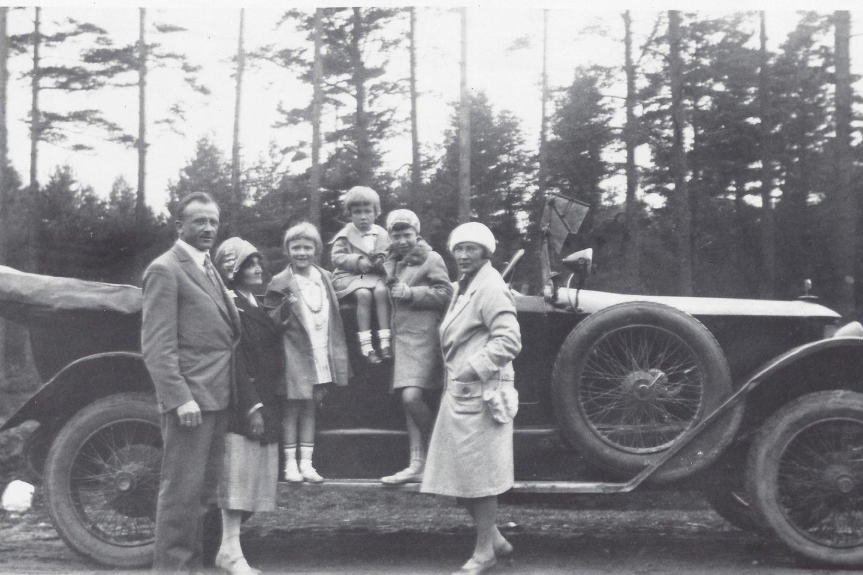 J.Tūbelienė su dukterimi Marija išvykoje su šeimos draugais. Kaunas, apie 1927 m. P.Kuhlmanno archyvas
