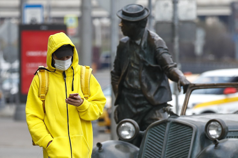 Maskva pristatė technologiją, kuri valdžios manymu padės pažaboti koronavirusą.Norėdama užtikrinti karantino sąlygų laikamąsi mieste bus naudojamaskaitmeninėsekimo sistema, tačiau jos kritikai teigia, kad taip bus pažeidžiamas žmonių privatumas.<br>TASS/Scanpix nuotr.