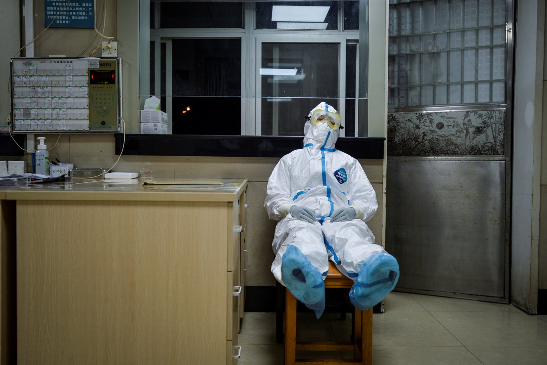 Klastingi koronaviruso čiuptuvai per 100 dienų stipriai suspaudė visą planetą. COVID-19 pasaulyje pražudė daugiau kaip 88 tūkst. žmonių, o vilties nugalėti pandemiją kol kas nematyti.<br>Reuters/Scanpix nuotr.