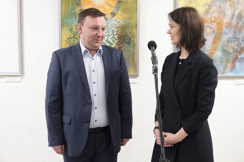 """Trakų kultūros rūmų direktorius E.Keizikas ir meno galerijos """"Fojė"""" kuratorė E.Tamulytė.<br>Organizatorių nuotr."""