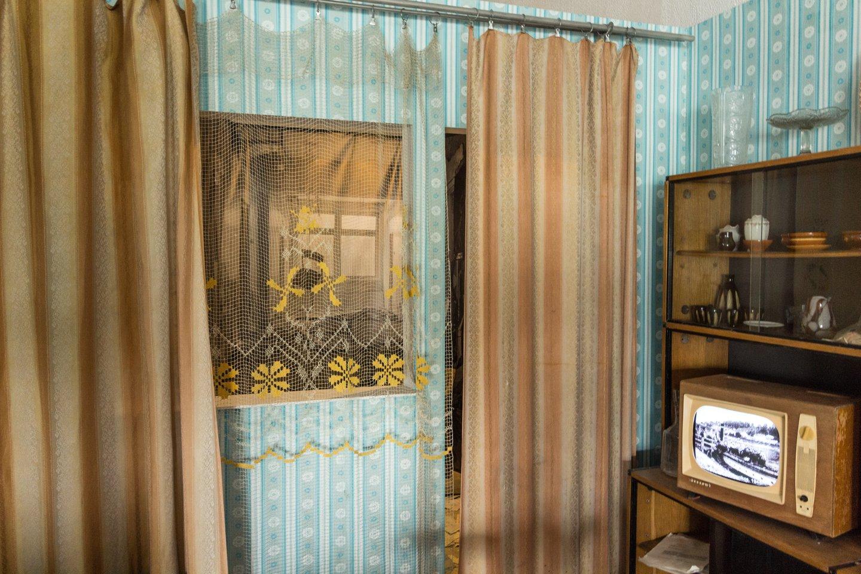 """Anot V. Smailytės, Energetikos ir technikos muziejuje įrengta """"chruščiovkės"""" instaliacija sukurta vadovaujantis tipinio daugiabučio buto išmatavimais ir interjeru.<br>Justo Gudeikos / Energetikos ir technikos muziejaus nuotr."""