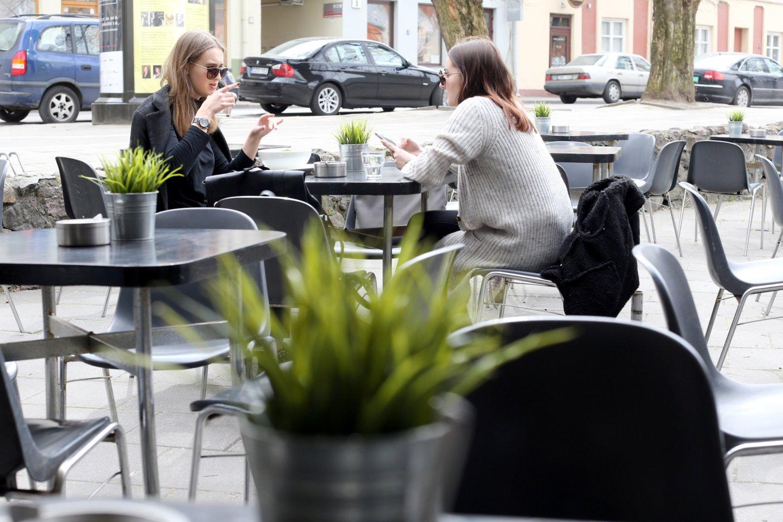 Iš viso šiuo metu 67 restoranai, kavinės ir barai prašo daugiau nei 800 staliukų lauke.<br>R.Danisevičiaus nuotr.