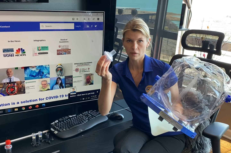 Kiekvieną dieną A.Savickaitė bendrauja su JAV žiniasklaida ir ligoninėmis aiškindama, kaip naudoti neinvazinę teigiamo slėgio plaučių ventiliaciją su šalmu.<br>Nuotr. iš asmeninio albumo