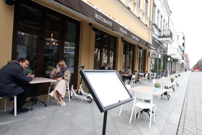 Lauko kavinės, koronavirusas, karantinas, verslas, kavinė, staliukas, mieste, turistai, lauko kavinė, žmonės<br>M.Patašiaus nuotr.
