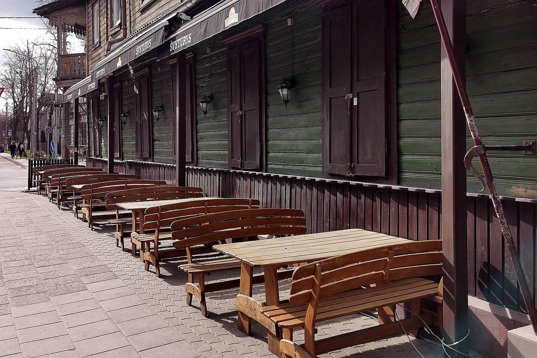 Lauko kavinės, koronavirusas, karantinas, verslas, kavinė, staliukas, mieste, turistai, lauko kavinė, suolai<br>R.Danisevičiaus nuotr.