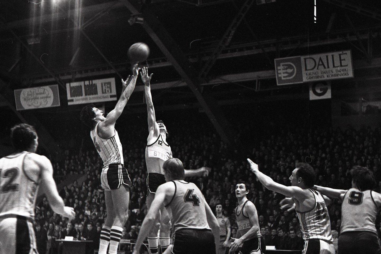 """J.Kazlauskas buvo vienas geriausių Vilniaus """"Statybos"""" komandos krepšininkų.<br>Alfredo Pliadžio nuotr."""
