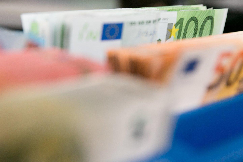 Seime skinasi kelią siūlymas leisti valstybės subsidiją gauti savarankiškai dirbantiems žmonėms, turintiems ir darbo sutartį.<br>T.Bauro nuotr.