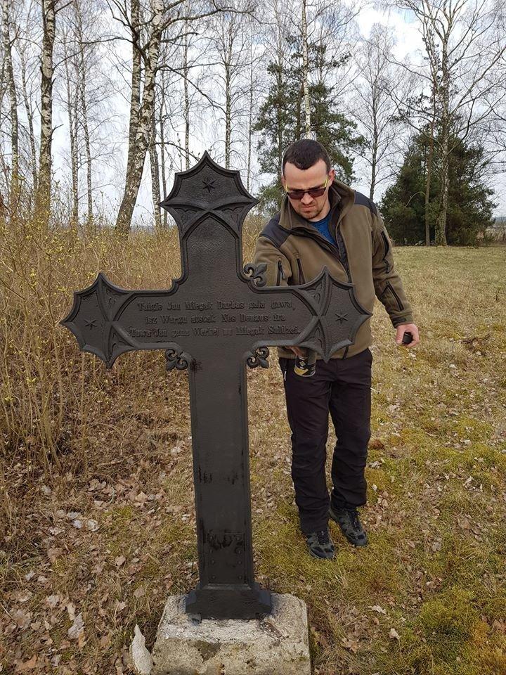 Jau žino, kokie dažai tinkamiausi senų surudijusių kryžių atnaujinimui.<br>Asmeninio archyvo nuotr.