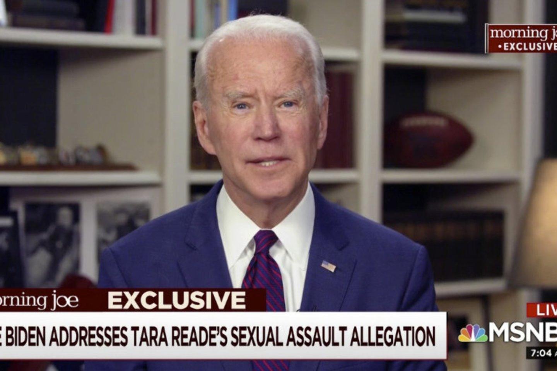 """JAV prezidentu siekiantis tapti Joe Bidenas penktadienį kategoriškai paneigė vienos buvusios jo darbuotojos kaltinimus lytiniu užpuolimu ir pareiškė, kad incidento, anot šios moters, įvykusio 1993 metais, """"niekada nebuvo"""".<br>AP/Scanpix nuotr."""