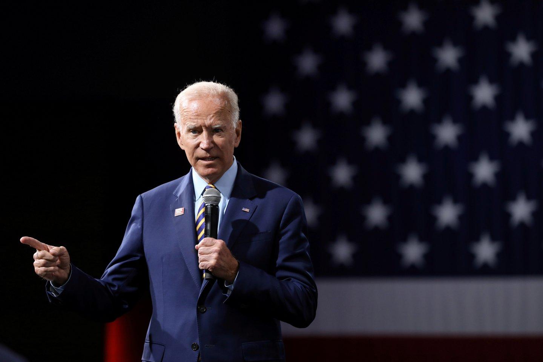 """JAV prezidentu siekiantis tapti Joe Bidenas penktadienį kategoriškai paneigė vienos buvusios jo darbuotojos kaltinimus lytiniu užpuolimu ir pareiškė, kad incidento, anot šios moters, įvykusio 1993 metais, """"niekada nebuvo"""".<br>Reuters/Scanpix nuotr."""