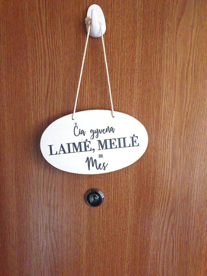 """""""Čia gyvena laimė"""". Toks linksmas užrašas kabo ant vieno mažo buto Kaune durų."""
