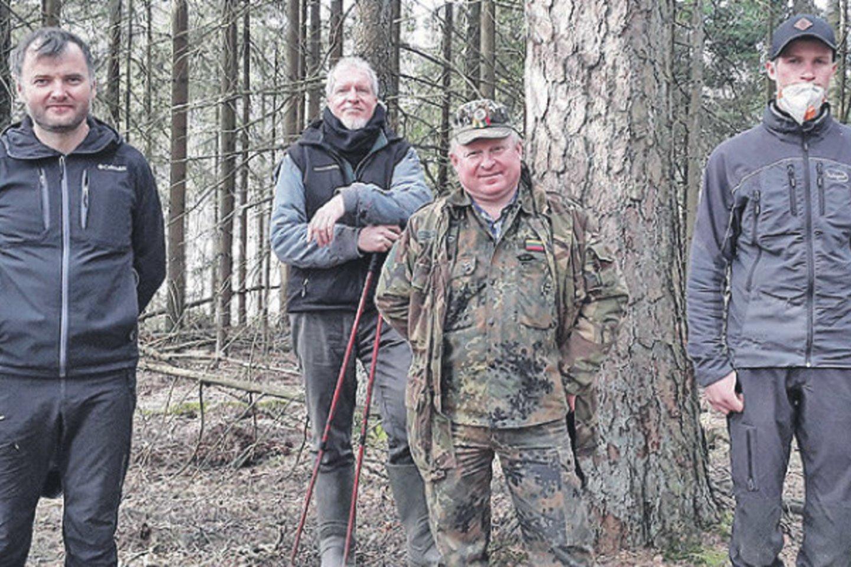 """Ornitologų bei arboristų aukštalipių komanda pasiruošusi darbui.<br>""""Plungės žinių"""" nuotr."""