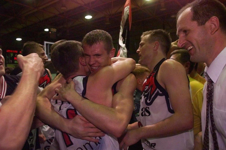 """""""We are the champions!"""" – """"Mes čempionai!"""" – šios dainos žodžių ir nuotaikos 2000-ųjų gegužės 11-osios vakarą buvo sklidina Vilniaus """"Lietuvos ryto"""" krepšinio arena.<br>Dienraščio """"Lietuvos rytas"""" archyvo nuotr."""