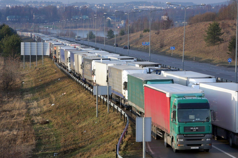 Lietuvos ekonomikos varikliu laikytas transporto sektorius šiandien išgyvena ne pačias lengviausias dienas.<br>V.Balkūno nuotr.