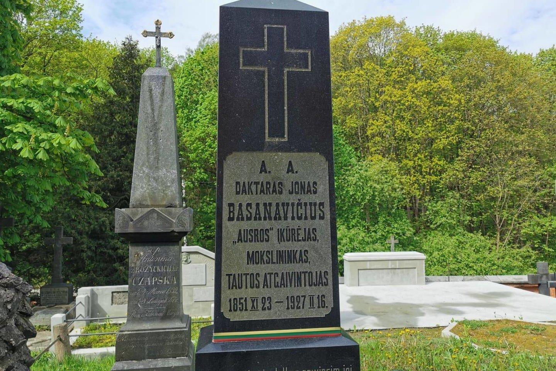 Policija pradėjo tyrimą dėl J.Basanavičiaus kapo išniekinimo.<br>T.Bauro nuotr.