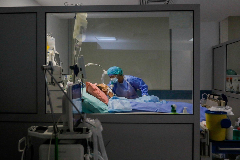 Antradienio ryte pasaulyje buvo žinomi4 904 566 oficialiai registruoti COVID-19 atvejai ir daugiau nei 320 00 viruso sukeltų mirčių.<br>Reuters/Scanpix nuotr.