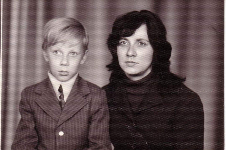 Vaikystėje su mama, kuri vėliau už sūnų meldėsi, gulėdama kryžiumi.<br>Asmeninio archyvo nuotr.