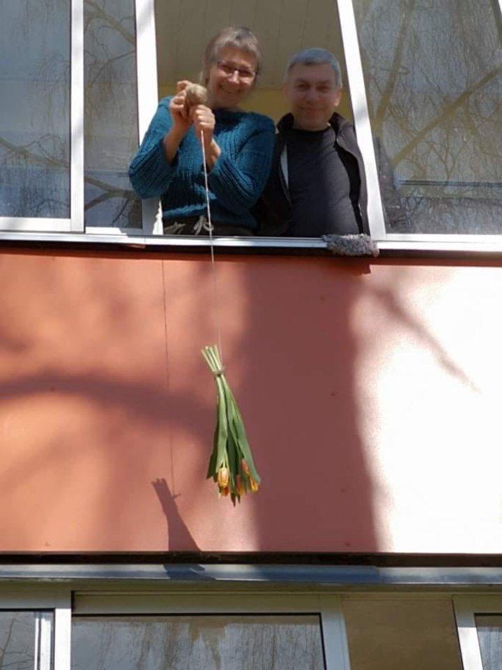 Kai karantino metu už knygą gavo gėlių, jas į namus užsikėlė virvele.<br>Asmeninio archyvo nuotr.
