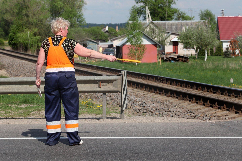 Lietuvos geležinkeliai, darbininkas, darbas, nedarbas, geležinkelietis, geležinkelis, darbuotojas, eismas, reguliuotojas, pervaža, bėgiai<br>V.Balkūno nuotr.