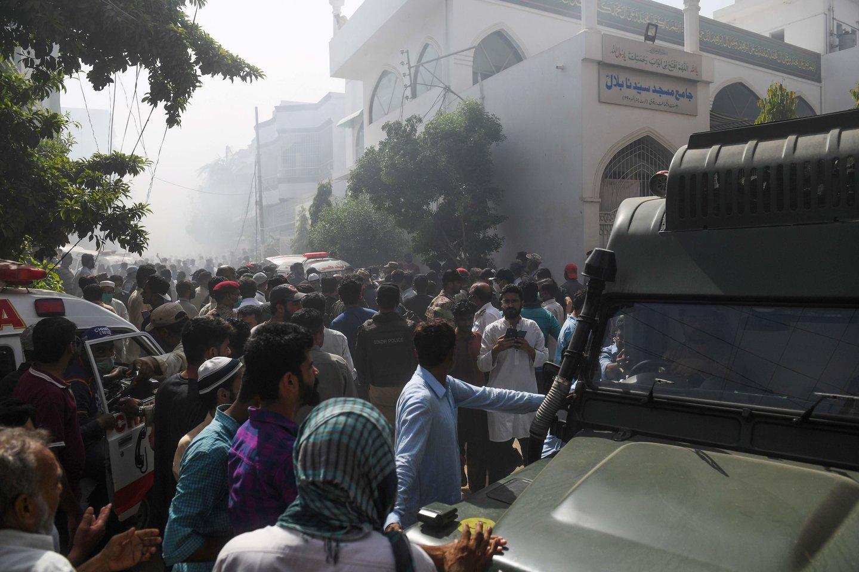 Pakistane penktadienį nukrito keleivinis lėktuvas, kuriuo skrido 99 žmonės. Lėktuvas skrido iš Lahoro miesto į didžiausią šalies miestą Karačį.<br>AFP/Scanpix nuotr.