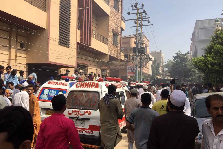 Pakistane penktadienį nukrito keleivinis lėktuvas, kuriuo skrido 99 žmonės. Lėktuvas skrido iš Lahoro miesto į didžiausią šalies miestą Karačį.<br>Reuters/Scanpix nuotr.