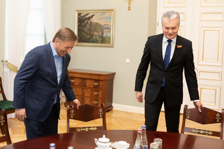 R.Karbauskis, kaip visada, labiausiai kritikavo G.Nausėdos patarėjus, prisiekinėdamas tikįs, jog prezidentas niekuo dėtas ir, suprask, nesiorientuoja aplinkoje.<br>T.Bauro nuotr.