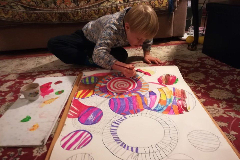 Menininkų sūnus labai mėgsta piešti ir spalvinti.<br>Asmeninio archyvo nuotr.