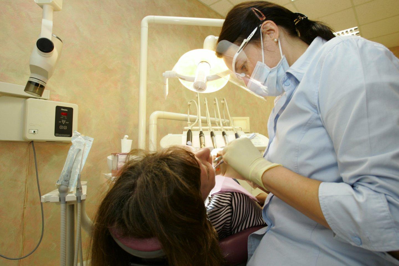 """Pagal portalui lrytas.lt """"Sodros"""" pateiktus duomenis, vos 9-iose iš 60 Lietuvos savivaldybių odontologijos paslaugas teikiančiose įmonėse vidutinis darbo užmokestis (VDU) perkopė 1 tūkst. eurų.<br>V.Ščiavinsko nuotr."""