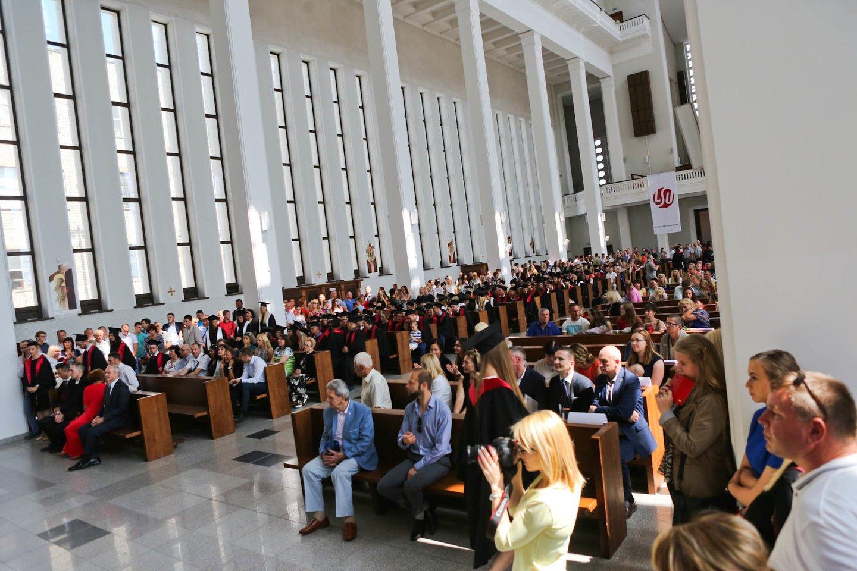 Karantinas neišgąsdino universitetų: kūrybingai planuoja diplomų teikimo šventes.<br>G.Bitvinsko nuotr.