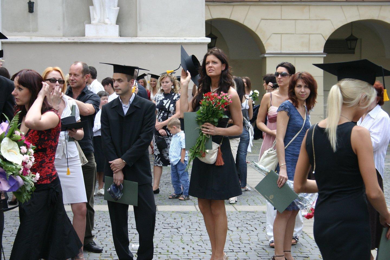 Karantinas neišgąsdino universitetų: kūrybingai planuoja diplomų teikimo šventes.