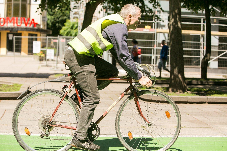 Dviračių sezonui įsibėgėjant, į miestų gatves ir užmiesčio kelius išrieda vis daugiau dviratininkų.<br>G.Bitvinsko nuotr.