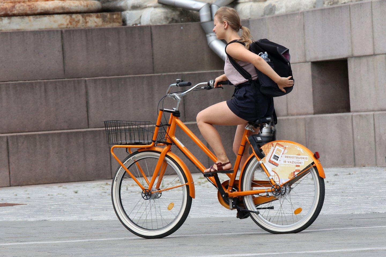 Dviračių sezonui įsibėgėjant, į miestų gatves ir užmiesčio kelius išrieda vis daugiau dviratininkų.<br>M.Patašiaus nuotr.