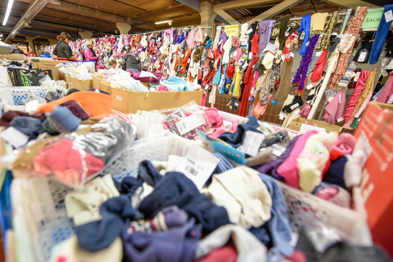 """Šiais metais """"Mamų mugėje"""" siūlomi visų sezonų drabužiai ir batai.<br>D.Umbraso nuotr."""