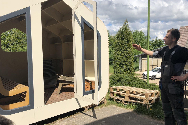 Nestandartinių baldų įmonę prieš pusantrų metų Molėtuose įkūręs Tomas Petrauskas prieš keturis mėnesius pradėjo statyti tai, ko Lietuvoje dar nematėme.<br>I.Naureckaitės nuotr.