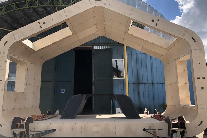 Nestandartinių baldų įmonę prieš pusantrų metų Molėtuose įkūręs Tomas Petrauskas prieš keturis mėnesius pradėjo statyti tai, ko Lietuvoje dar nematėme<br>I.Naureckaitės nuotr.