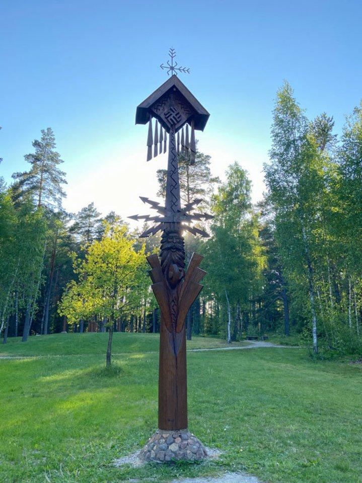 SKAMBA. Tykiai stovint prie Perkūno skulptūros, jei yra vėjo, girdisi medinių vėjo varpelių tilindžiavimas.<br>V.Kesminės nuotr.
