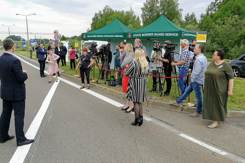 Lietuva ir Lenkija penktadienį 10 val. rytogaliausiai atvėrėabiejų šalių sienas. Nuo šiandien vykstantiems į Lenkiją ir atgal į Lietuvą nebelieka jokių apribojimų kertant sienas, taip pat nebereikės laikytissaviizoliacijos.<br>M.Patašiaus nuotr.