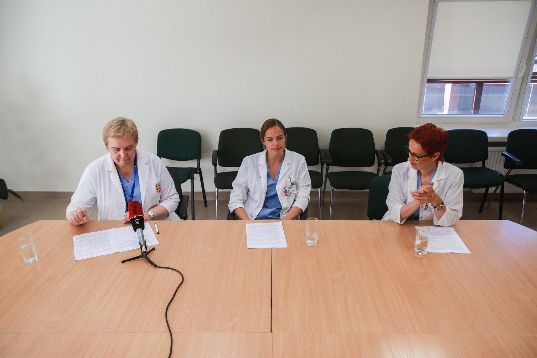 Kauno klinikų Reprodukcinės medicinos centro vadovė doc. Eglė Drejerienė, embriologė dr. Agnė Kozlovskaja-Gumbrienė ir akušerė Vita Vaičienė.<br>G.Bitvinsko nuotr.